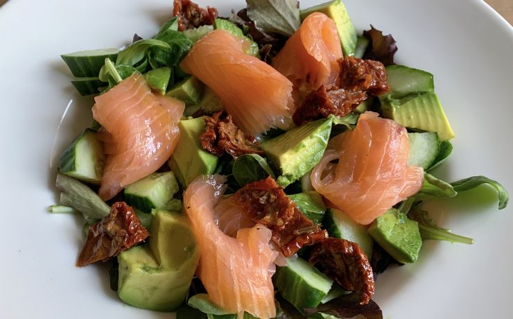 Salade met zalm en avocado