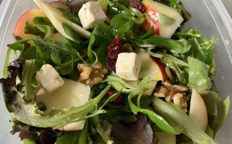 Salade met feta, walnoten en appel