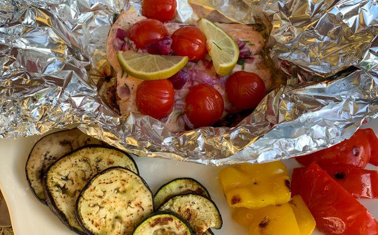 Zalmpakketjes van de BBQ met gegrilde groenten
