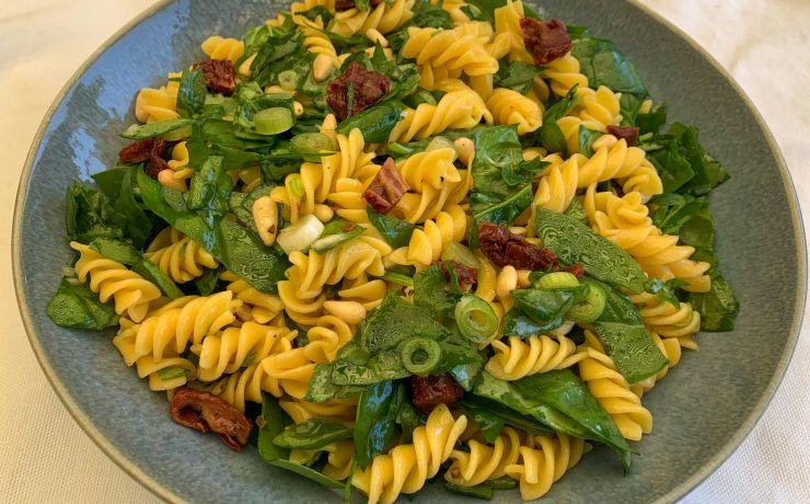(Glutenvrije) pastasalade met zongedroogde tomaat en spinazie